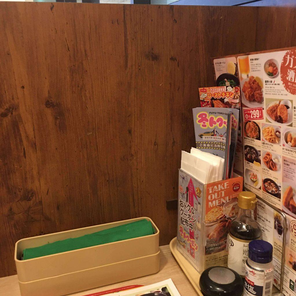ガスト ビオルネ枚方店のボックス(BOX)席のテーブル